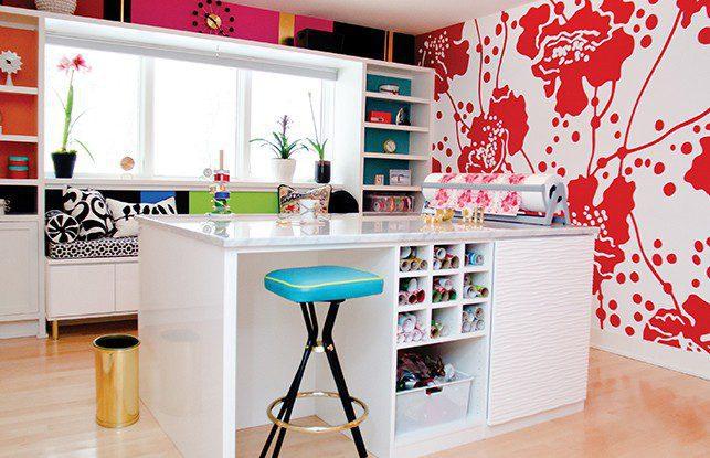 Una sala de arte colorida y elegante con un toque Vintage