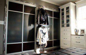 Un Glamoroso Vestidor En Blanco Y Negro