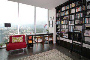 Une bibliothèque somptueuse et multifonctionnelle avec vue sur la ville
